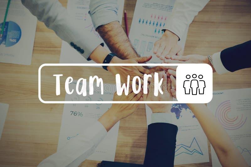 Groupe d'hommes d'affaires avec des mains ensemble sur le bureau - travail d'équipe images stock