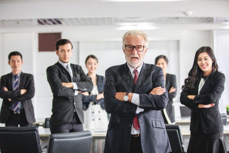 Groupe d'hommes d'affaires avec le chef d'homme d'affaires célébrant l'accomplissement et le sourire de succès photographie stock libre de droits