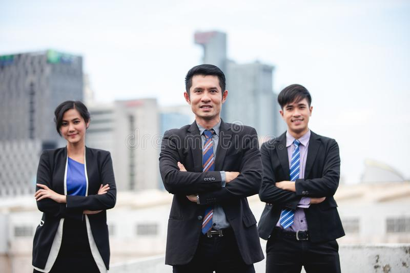 Groupe d'hommes d'affaires avec le chef d'homme d'affaires célébrant l'accomplissement et le sourire de succès photos stock