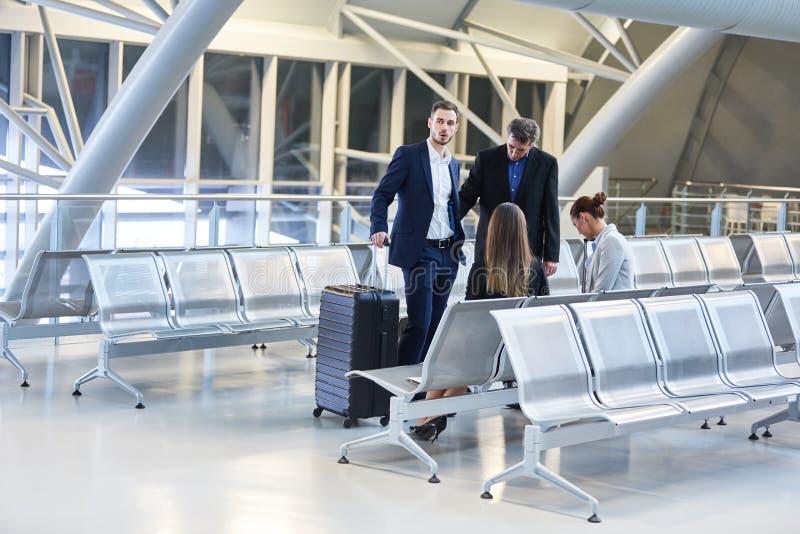 Groupe d'hommes d'affaires dans le terminal d'aéroport photo libre de droits