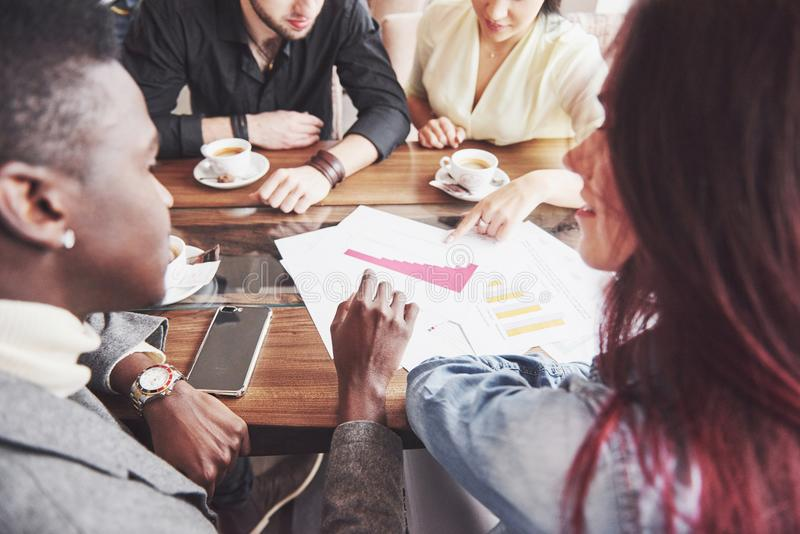 Groupe d'hommes d'affaires en passant habillés discutant des idées Les professionnels créatifs recueillis pour discutent l'import photo stock