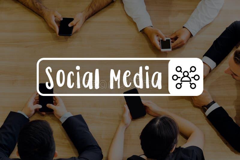 Groupe d'hommes d'affaires remontant des médias sociaux de mains - photos libres de droits