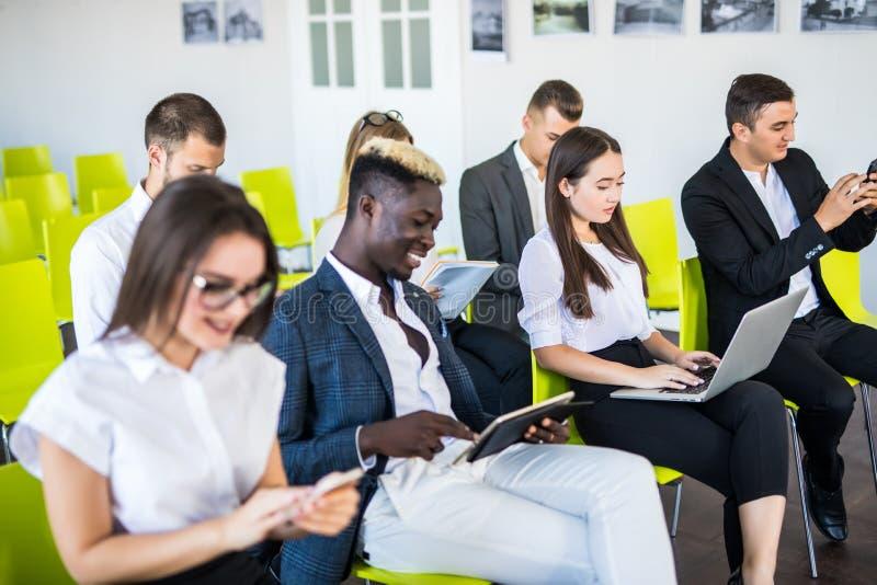 Groupe d'hommes d'affaires s'asseyant dans l'entrevue d'emploi de attente de bureau, plan rapproché Concepts de conférence ou de  photographie stock