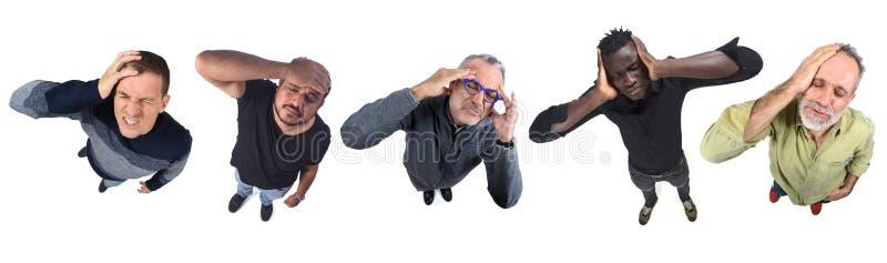 Groupe d'hommes avec mal de tête sur blanc image libre de droits