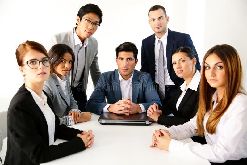 Groupe d'hommes d'affaires ayant la réunion photos stock
