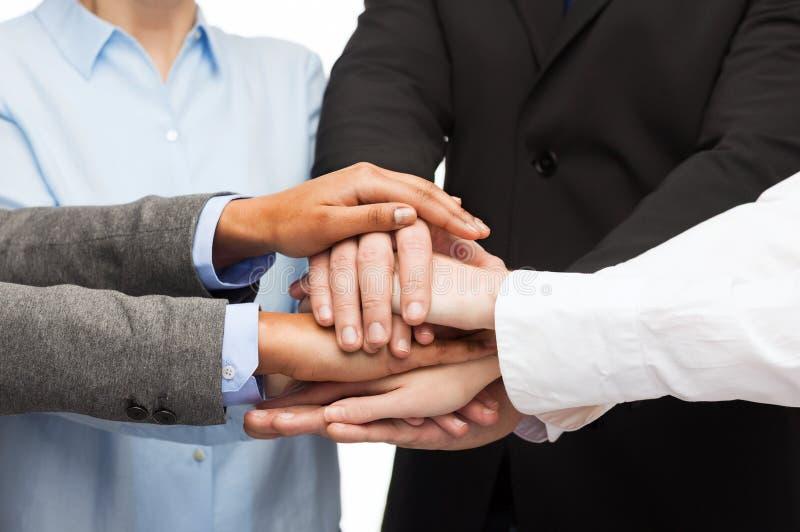 Groupe d'hommes d'affaires célébrant la victoire image stock