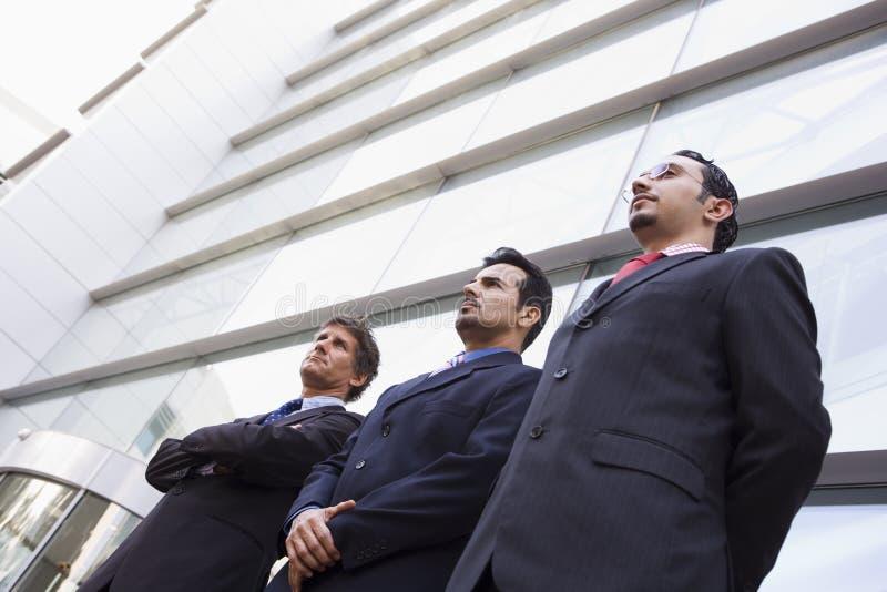 Groupe d'hommes d'affaires en dehors de bureau photos libres de droits
