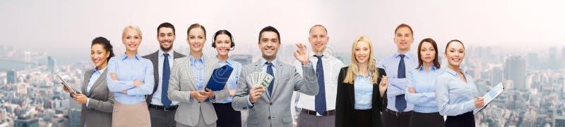 Groupe d'hommes d'affaires heureux avec l'argent du dollar photos libres de droits