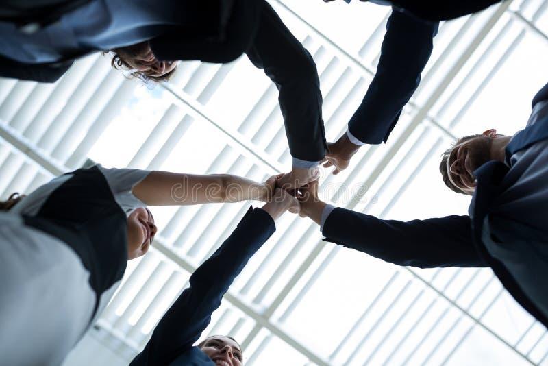 Groupe d'hommes d'affaires heureux donnant la haute cinq entre eux photos stock
