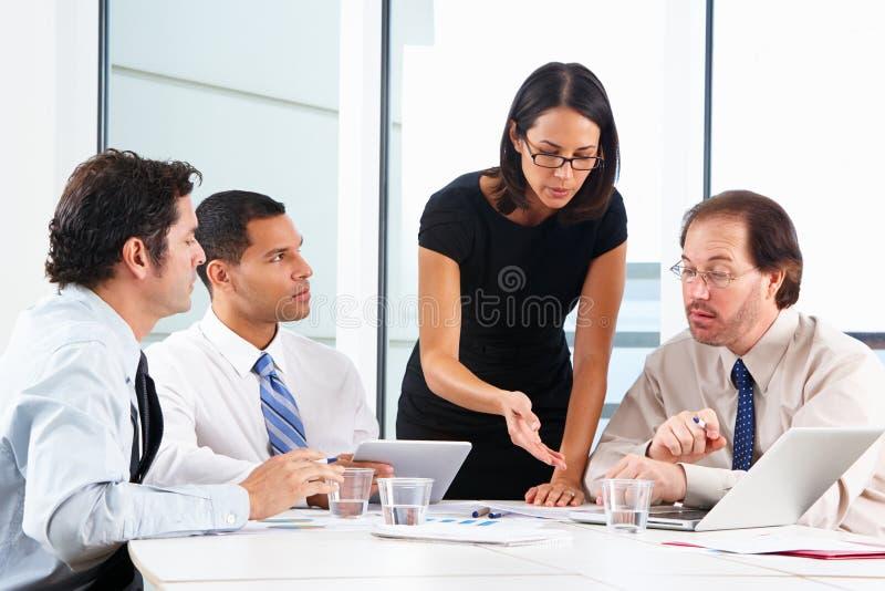 Groupe d'hommes d'affaires se réunissant dans le bureau images libres de droits