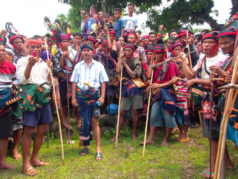 Groupe d'hommes de Sumbanese pendant le festival de Pasola photos stock