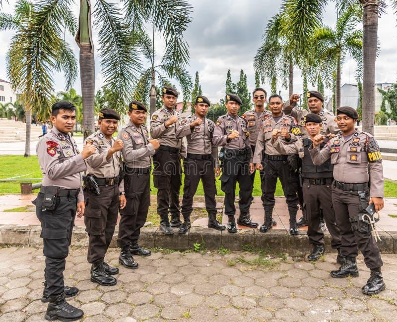 Groupe d'hommes forts de police dans Makassar, Sulawesi du sud, Indonésie photographie stock