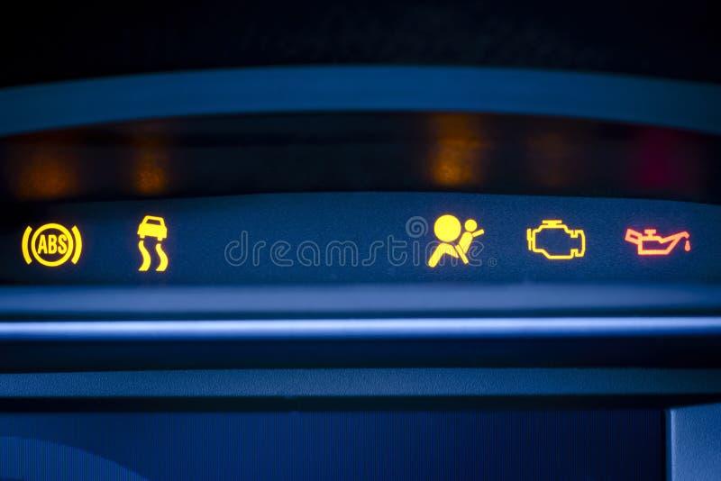 Groupe d'instrument de voiture avec le défaut de fonctionnement rouge et jaune évident. image stock