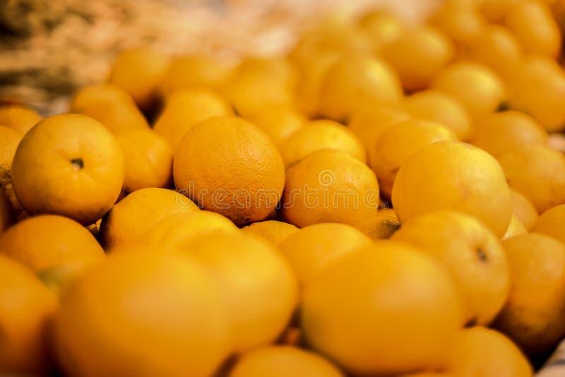 Groupe d'oranges à un marché photos stock
