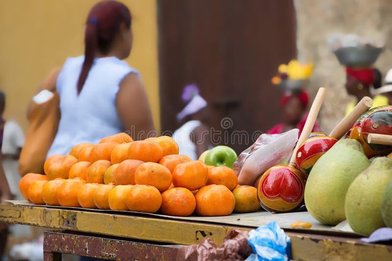 Groupe d'oranges sur un chariot en bois photo stock