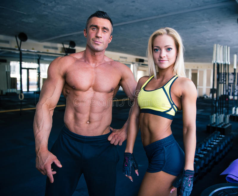 Groupe d'un homme et d'une femme dans le gymnase de crossfit photos stock