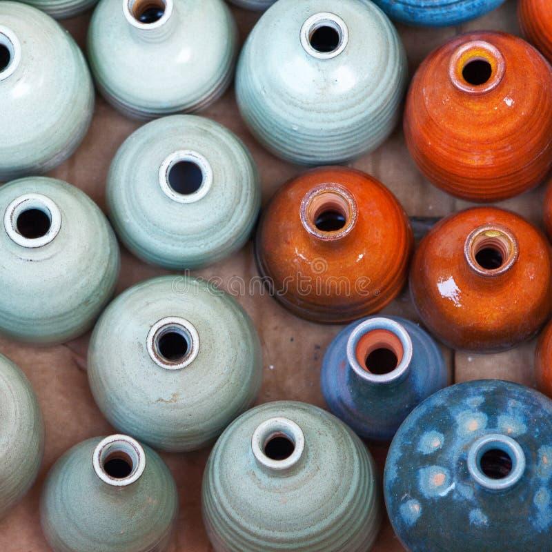 Groupe de bacs en céramique colorés. image libre de droits