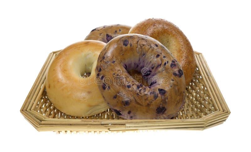 Groupe de bagels dans le panier photos stock