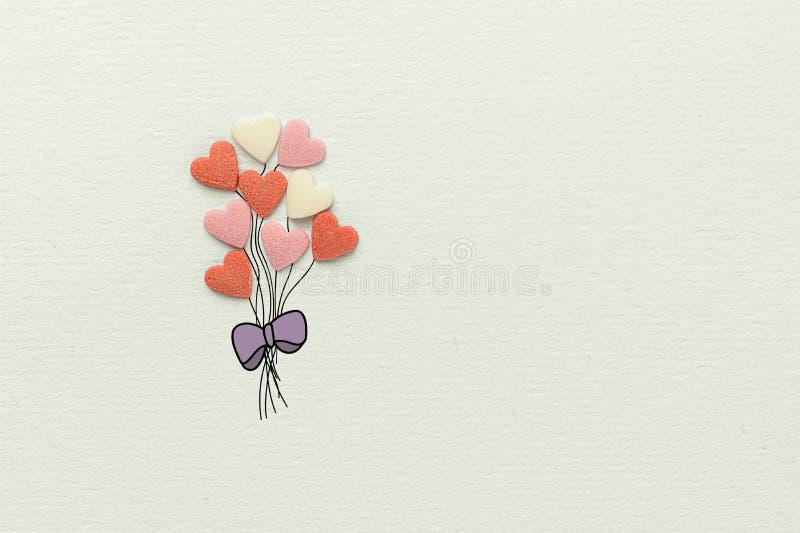 Groupe de ballons multicolores dans la forme de coeur faite en arc de ficelles de Sugar Candy Sprinkles Hand Drawn sur le papier  image stock