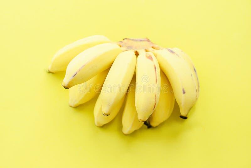 Groupe de banane sur le fruit sain frais de fond jaune photos stock