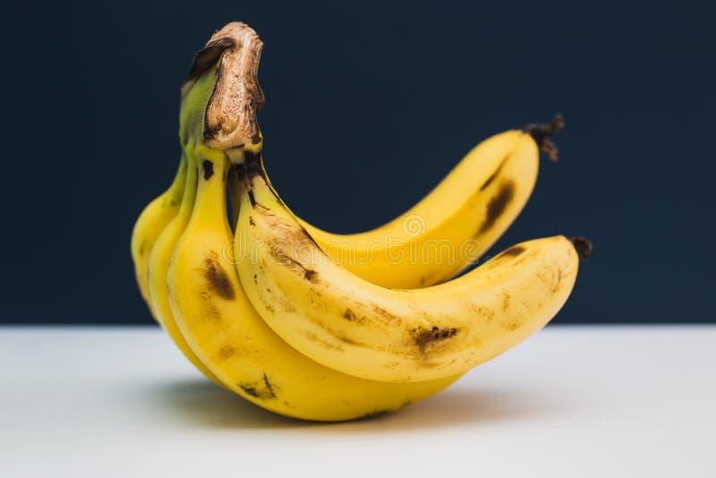 Groupe de bananes sur le fond bleu image libre de droits