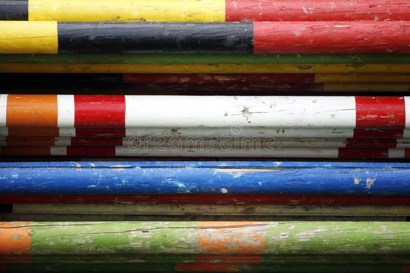 Groupe de barrières et d'obstacles colorés comme équipements dans un événement sautant image libre de droits