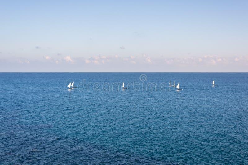 Groupe de bateaux à voile sur la mer Méditerranée bleue photos stock