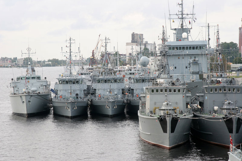 Groupe de bateaux de militaires dans le port maritime de Riga images stock