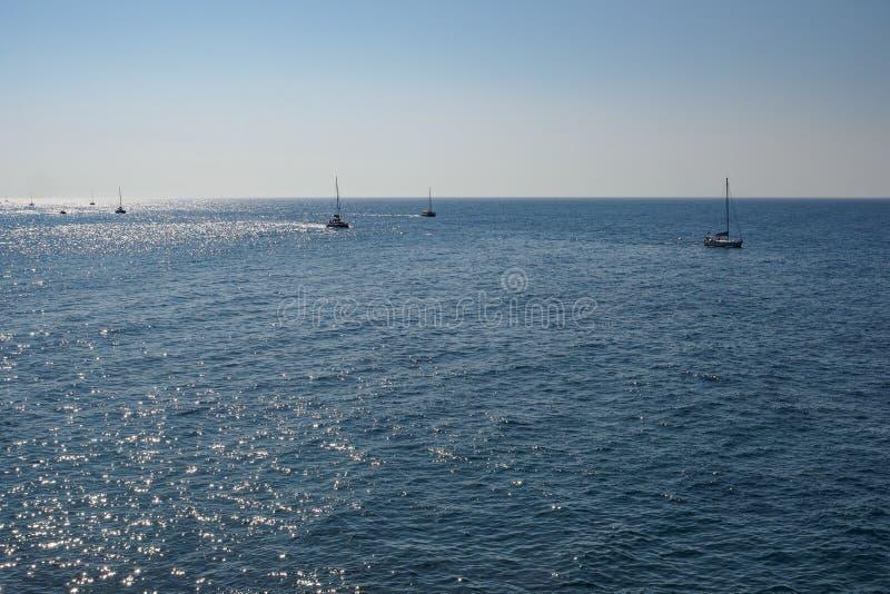 Groupe de bateaux naviguant sur la mer images libres de droits