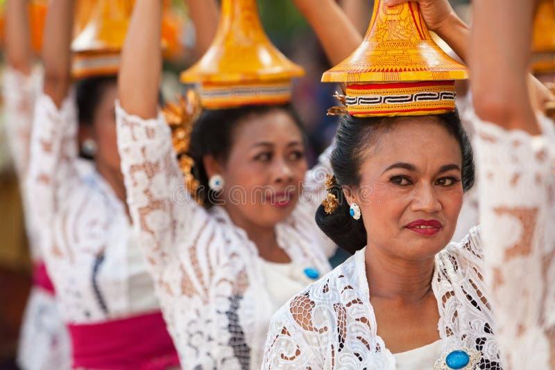 Groupe de belles femmes dans des costumes traditionnels de Balinese images libres de droits