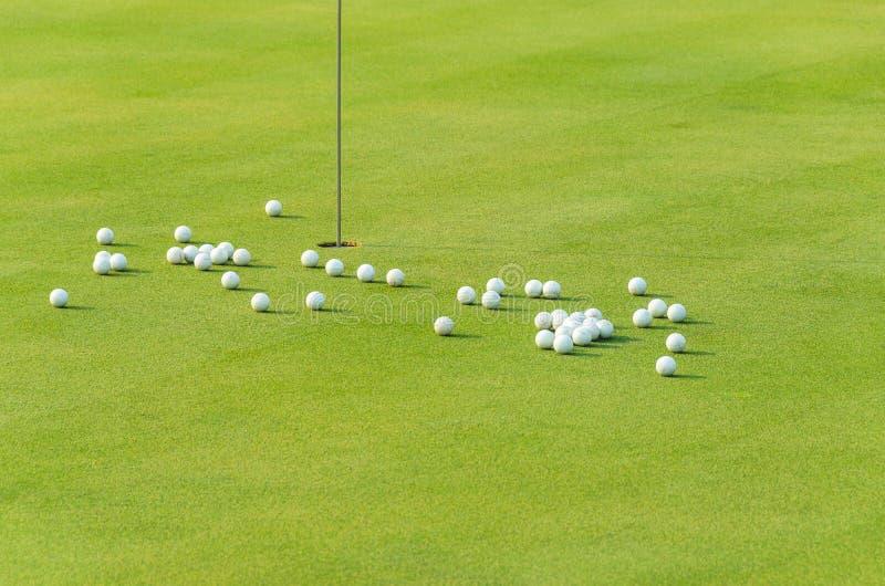 Groupe de bille de golf de pratique sur le vert photo libre de droits