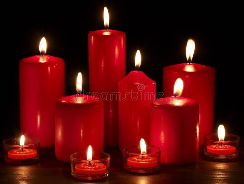 Groupe de bougies sur le fond noir. image stock