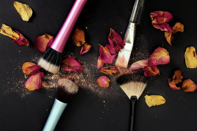 Groupe de brosses de cosmétique sur le fond noir photographie stock