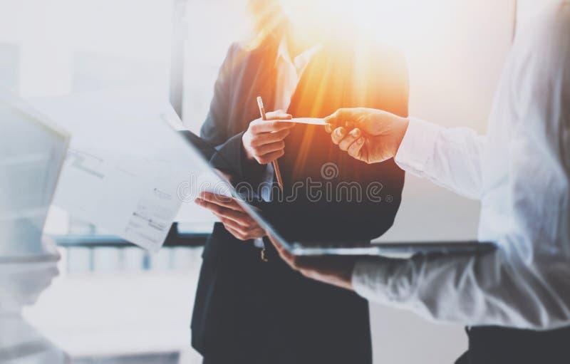 Groupe de businessmans sur la réunion Équipe d'affaires au processus fonctionnant Jeune femme donnant la carte de visite professi image libre de droits