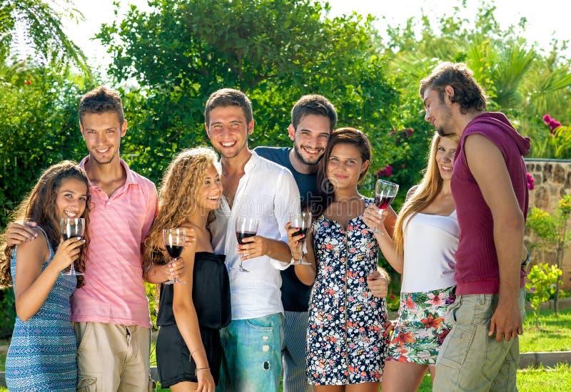 Groupe de célébration adolescente heureuse de couples images stock