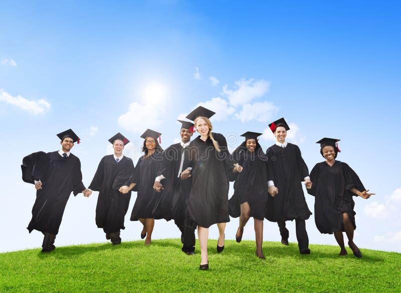 Groupe de célébration d'étudiants de graduation photo stock