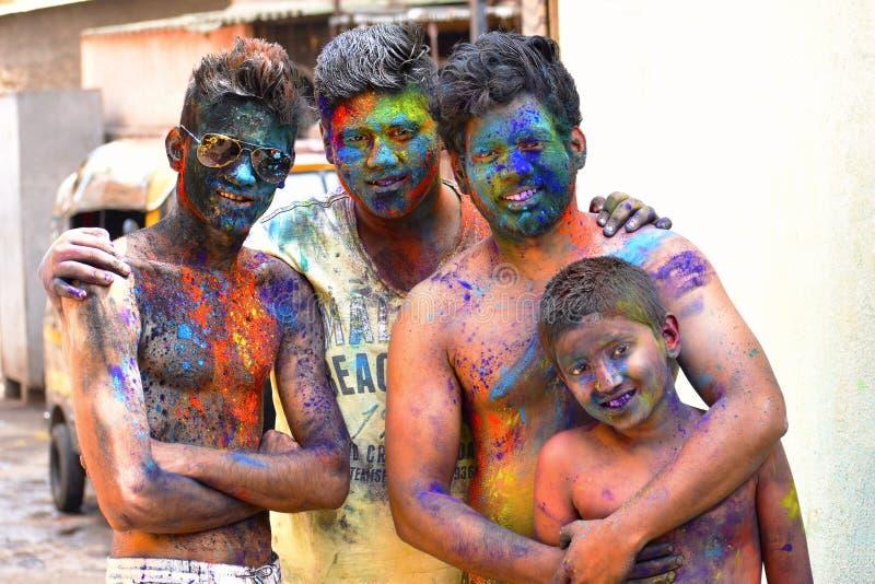 Groupe de célébration d'amis du festival de Holi avec la poudre colorée sur le visage, Yerawada photo libre de droits
