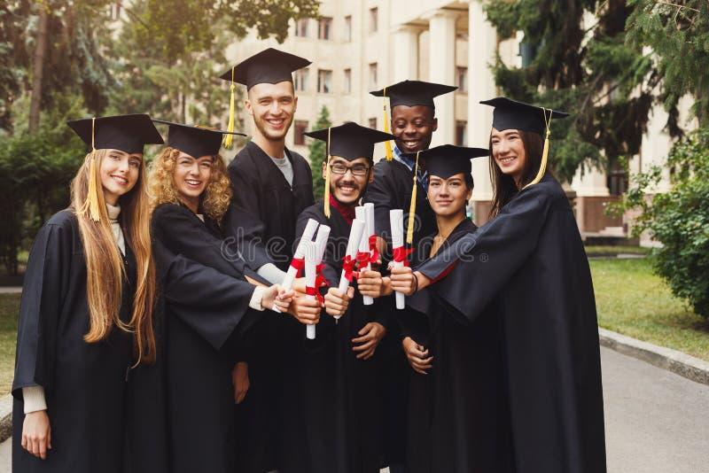 Groupe de célébration multi-ethnique de diplômés photographie stock
