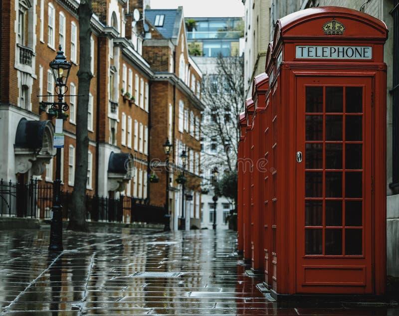 Groupe de cabines téléphoniques rouges de Londres images libres de droits