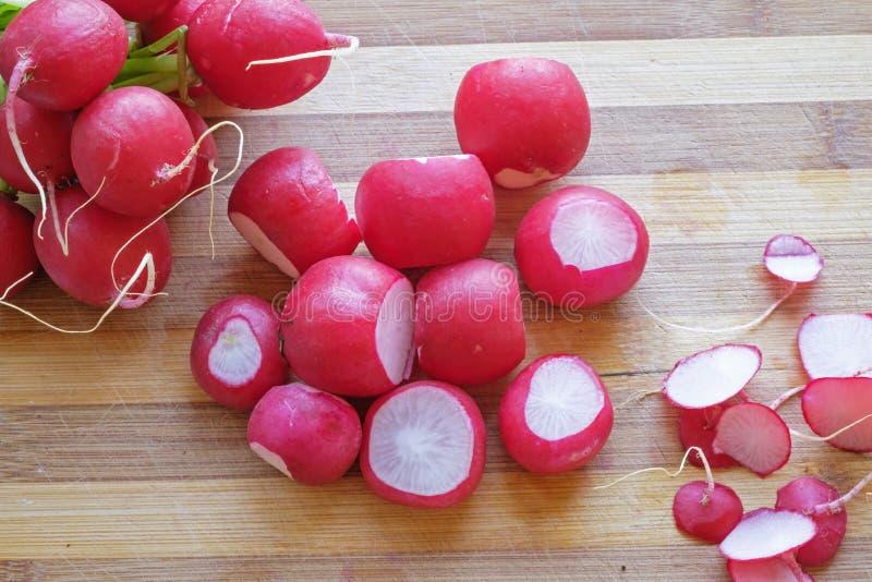 Groupe de cadrage supérieur de paysage de radis rouges images stock