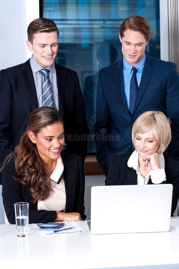 Groupe de cadres commerciaux au bureau image stock