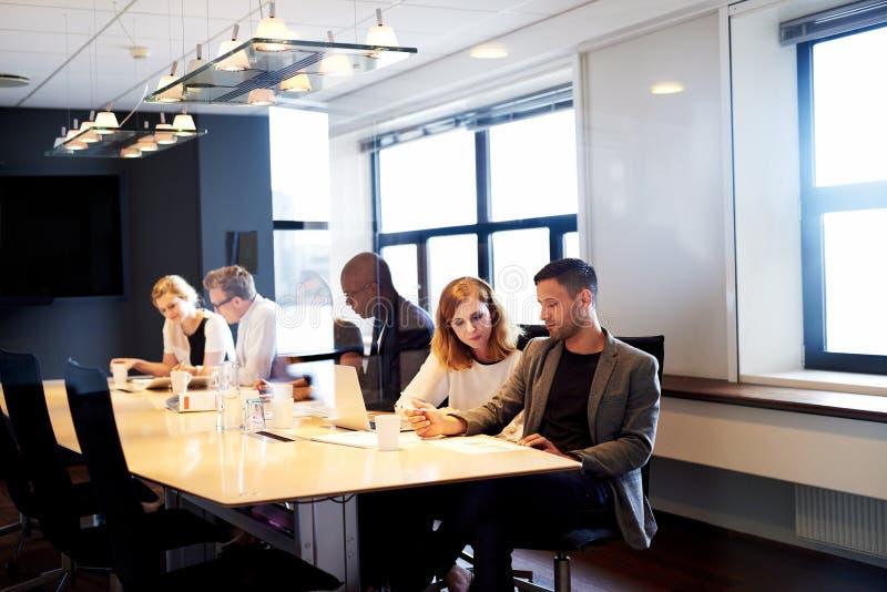 Groupe de cadres fonctionnant dans la salle de conférence photographie stock libre de droits