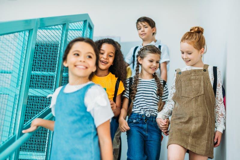 groupe de camarades de classe heureux descendant des escaliers images libres de droits