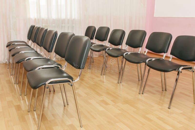 Groupe de chaises dans l'assistance dans les rangées Meubles confortables pour le bureau image libre de droits