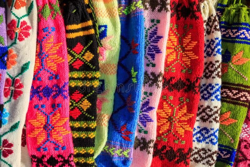 Groupe de chaussettes de laine colorées faites main images libres de droits