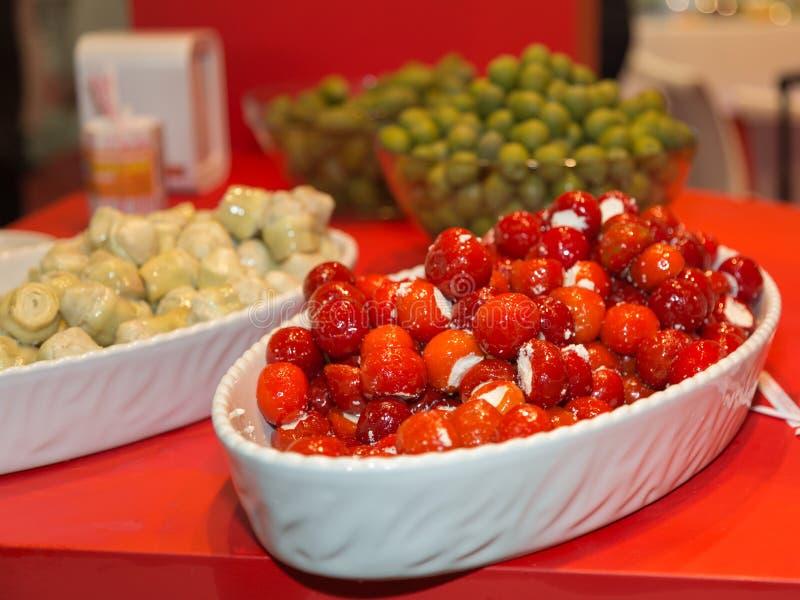 Groupe de Cherry Tomatoes Stuffed avec du fromage et des artichauts en huile photographie stock libre de droits
