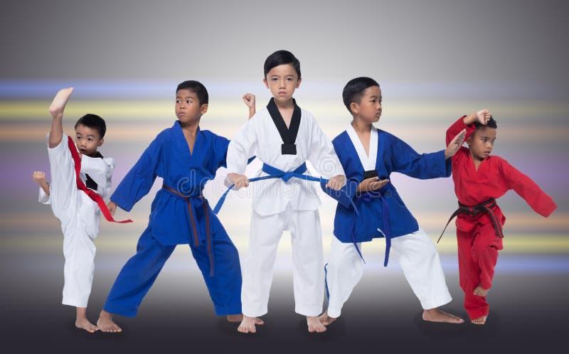 Groupe de cinq 5 enfants bleus rouges le Taekwondo de la ceinture II image libre de droits