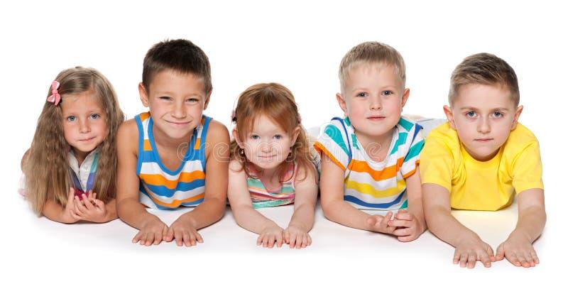 Groupe de cinq enfants gais photo stock