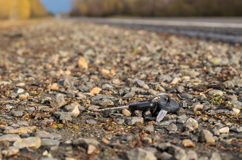 Groupe de clés perdu se trouvant du côté de la route près du trottoir d'asphalte photographie stock