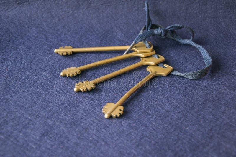 Groupe de clés sur la corde bleu-foncé photos stock